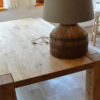 dubový stůl v interieru