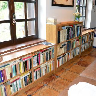 dubová knihovna v interiéru